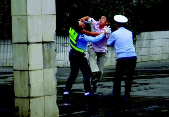 企业暴力抗法打伤4名执法人员 环保部要求严查