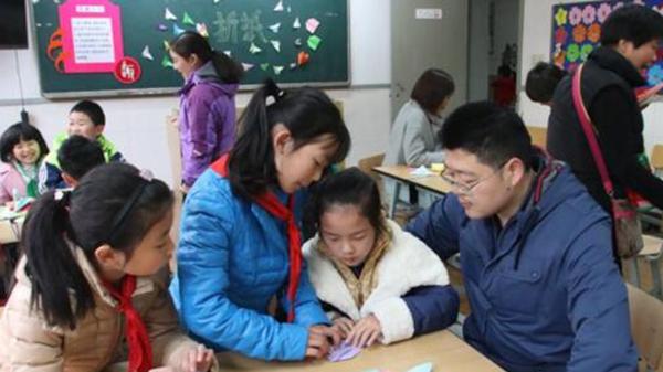 """匆匆一次打开校门让家长忐忑 校园开放日不应只是""""半日游"""""""