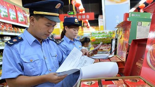 《上海市食品安全条例》实施首日 浦东新区开展专项整治行动