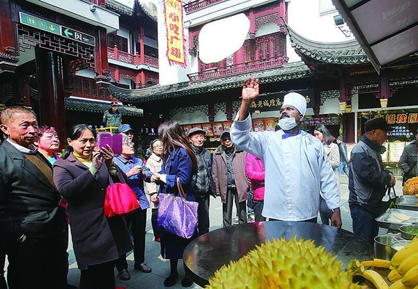 中外名饼大师在豫园秀厨技 为游客呈现中华饼食文化