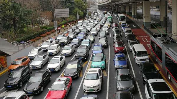 """上海警方解读""""新条例"""":红灯也不能用手机 属驾驶过程"""