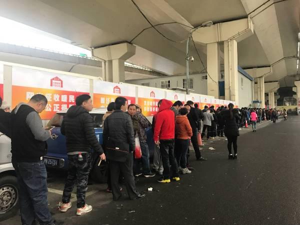 上海各交通违法受理点前大排长龙 目前排队时间超过2小时