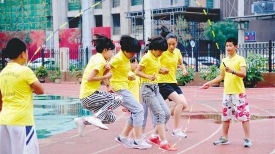 """沪初中毕业体育考试标准公布 白领戏称""""过不了中考"""""""