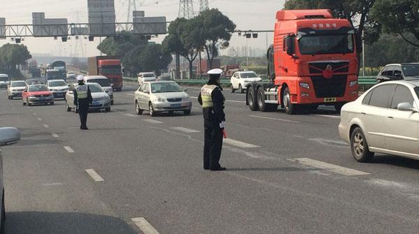 沪新道交条例实施首日:警方专项整治大货车占用小客车专用道