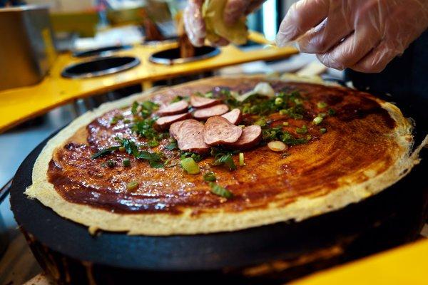 美媒:美大厨改良中国煎饼风靡纽约 一个卖上百元