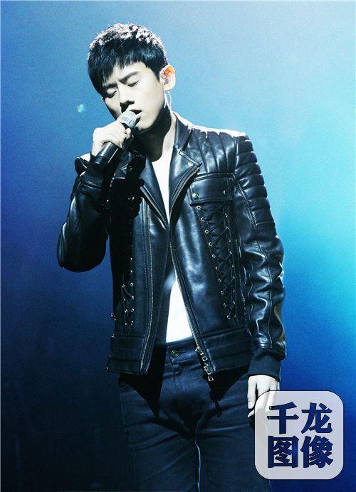 张杰挑战人声电吉他 用《自己》唱出人生态度
