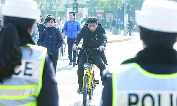新交规实施首个工作日 浦东一路口一小时10余起违法行为