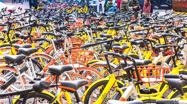 """壮观!人民广场共享单车扎堆成""""彩色车海""""!竟成了老外拍照景点..."""