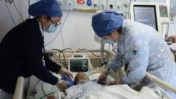 2岁娃溺水父亲怕太贵放弃治疗 医生坚持救回