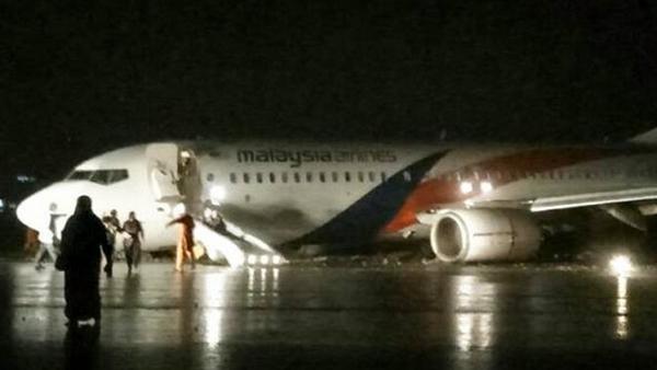 马航飞机大雨中降落 疑似撞击跑道