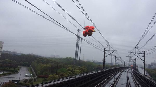 早高峰地铁一号线因气球缠绕触网部分区段限速运行 目前已恢复运营