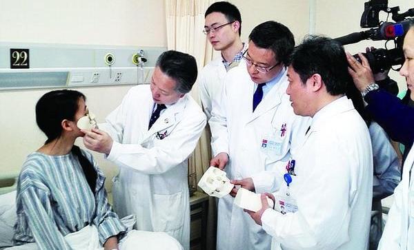 """上海医生运用""""全脸面预构重建""""技术 为面部严重缺损姑娘""""换脸"""""""