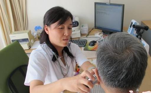 """上海今年将对200名社区临床一线医生实施""""全科转岗""""培训"""