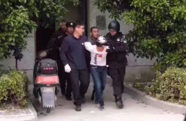 今下午上海嘉定安亭一男子持刀挟持女子 1个半小时后女子轻伤获救