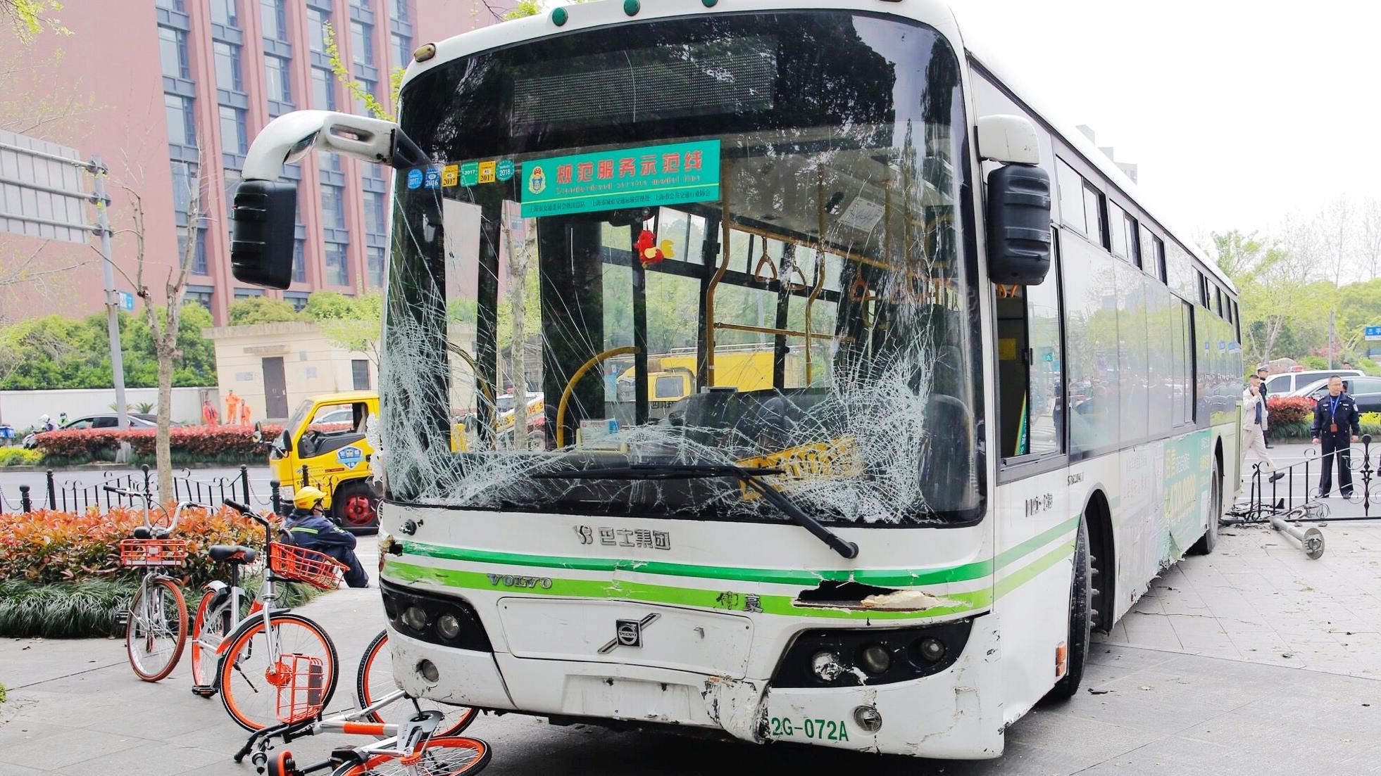 上海静安一66路公交车避让自行车冲上人行道 1人身亡