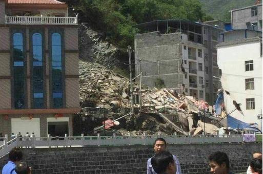陕西茅坪镇突发山体垮塌致居民楼垮塌 8人下落不明