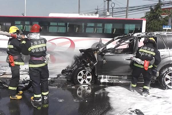 金山今早高峰汽车撞车后起火 消防营房见烟赶赴现场