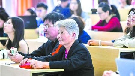 上海财大向市民开放人文通识课 70岁奶奶进教室听课