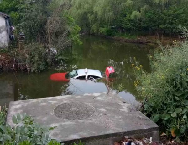 浦东川沙一出租车开入河中 车内三人逃离无人伤