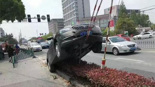 """浦东航南公路一别克车""""骑""""上了电线杆钢缆 幸无人伤亡"""