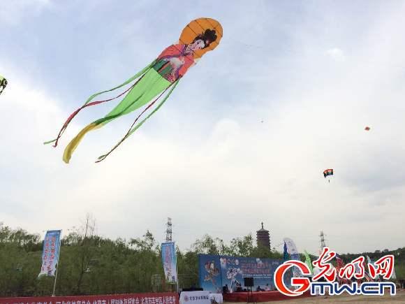 草长莺飞,花海延绵,各类造型丰富,创意新颖,或传统或现代的风筝飞舞