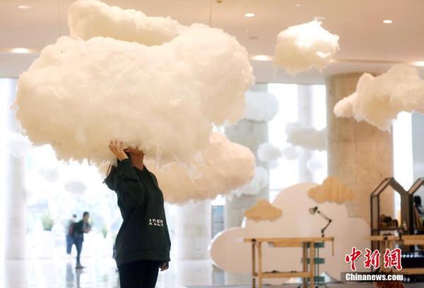 """南京商家""""漂浮的云""""倡导城市绿色""""轻""""生活"""