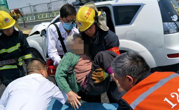 G1501发生追尾事故2人被困车内 消防员及时赶到化险为夷