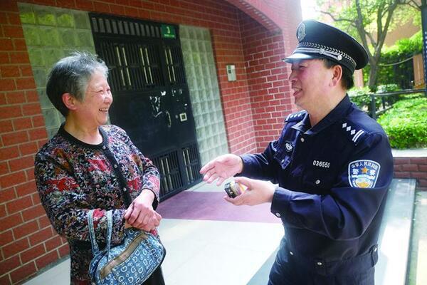 """虹口分局社区民警刘立文 :居民们赞""""跟阿拉距离最近的警察"""""""