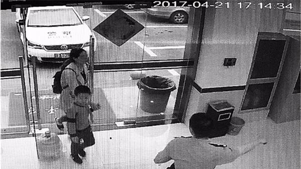 杭州一小学生带警察飞奔 拦下正给骗子汇钱的妈妈