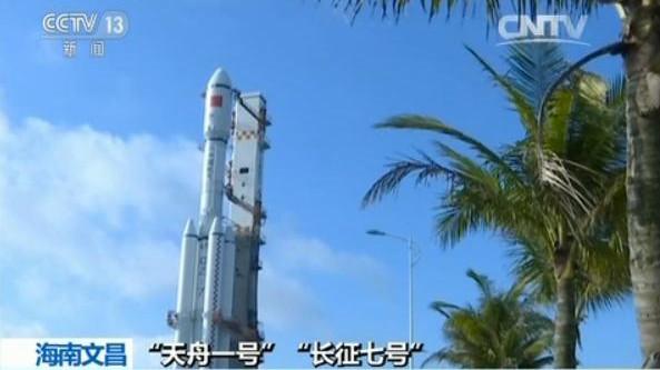 """第二个""""中国航天日"""" 近2000名上海学生与航天亲密接触"""