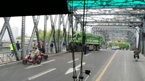 今晨一土方车撞上上海外白渡桥护栏 维修方案将尽快提出