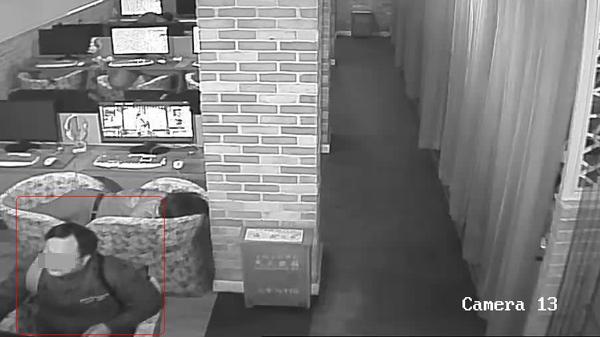 网吧睡觉醒来手机不见了 小偷竟然是他