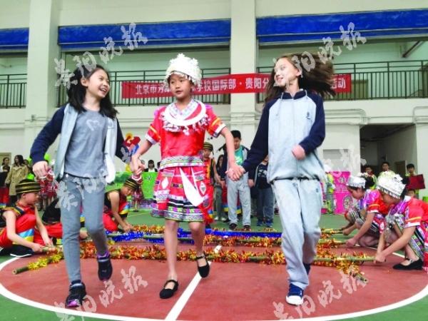 牵手外国孩子 共跳友谊之舞