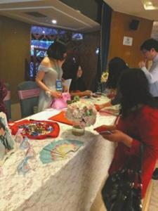 秦城区热干面培训伴娘胸挂二维码收礼金 被新娘婆婆批:不像样 (图)