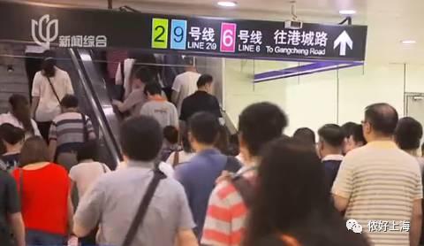 上海女乘客4号线地铁站遭偷拍!勇擒色狼!