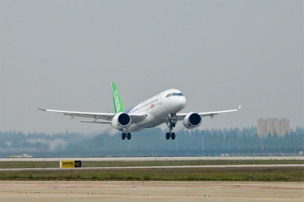 冲上云霄!C919在浦东机场起飞