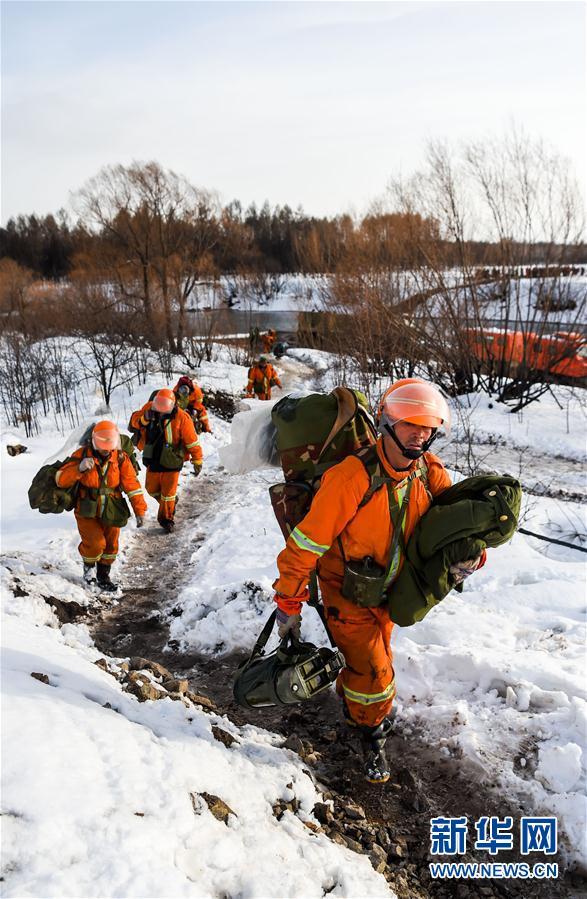 内蒙古大兴安岭火灾火场出现暴雪 扑火人员开始撤离