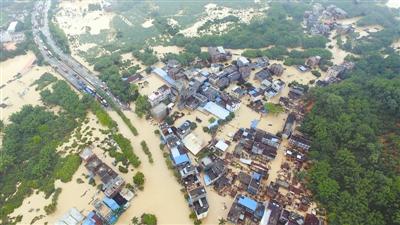 广州局地特大暴雨致多地水浸(图)
