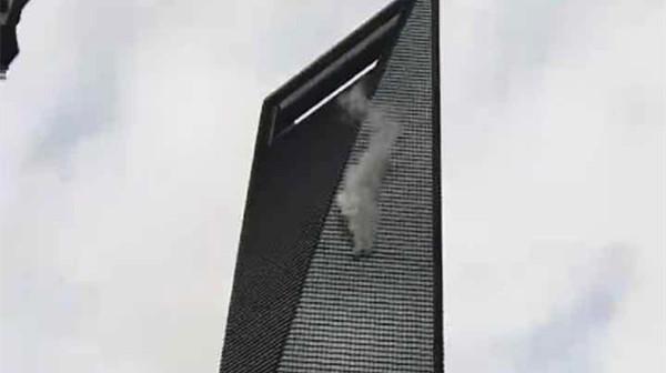 沪环球金融中心上方冒白烟 大厦:正常维护释放出来的蒸汽
