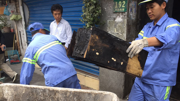 凌晨沪黄浦区二层老房着火 居民穿拖鞋睡衣逃生 一男子不幸死亡