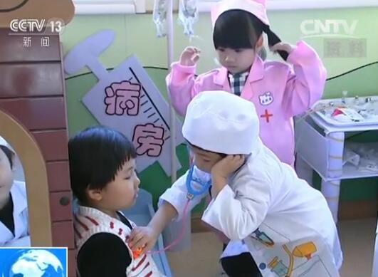 幼儿园内小朋友做游戏