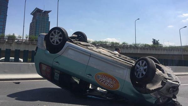 沪延安路高架一大众出租车被撞底朝天 乘客受伤送医