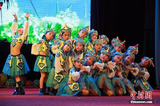 兰州市民办幼儿园表演。 刘玉桃 资料图