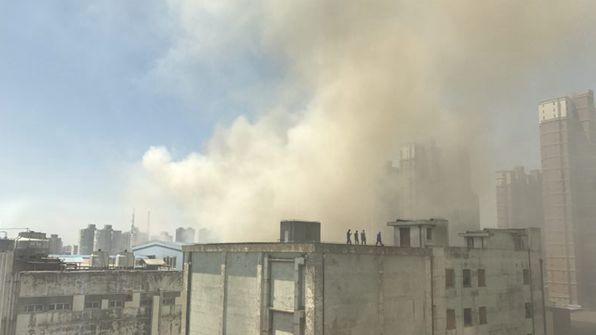 沪军工路梅林食品厂区一厨房起火 现场浓烟漫天