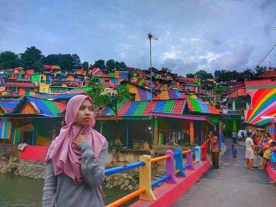 效果惊艳!印尼花2.3万美元为一贫民窟换上彩虹装(组图)