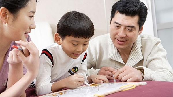 过半受访父母育儿知识靠网络 专家:应提供更多支持