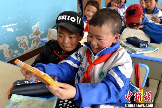 图为学生们收到专业<a href='http://search.xinmin.cn/?q=美术' target='_blank' class='keywordsSearch'>美术</a>工具后,露出灿烂的笑容。 西宁公益联盟 摄