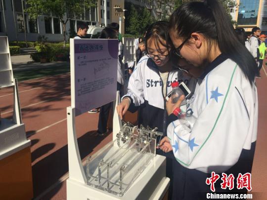 """兰州中学<a href='http://search.xinmin.cn/?q=科技节' target='_blank' class='keywordsSearch'>科技节</a>学生""""真材实料""""比拼科技创意(图)"""