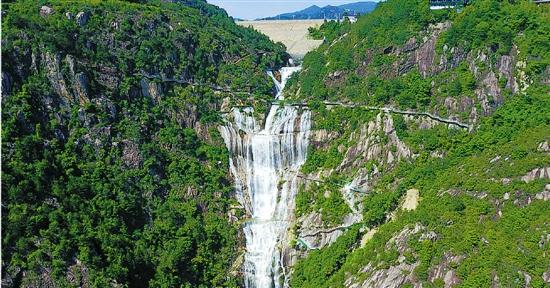 天台重现大瀑布景观:巨型白练 山中飘舞