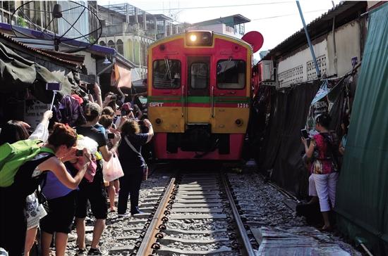 泰国最牛铁道市场:火车穿梭集市 摊主淡定摆摊